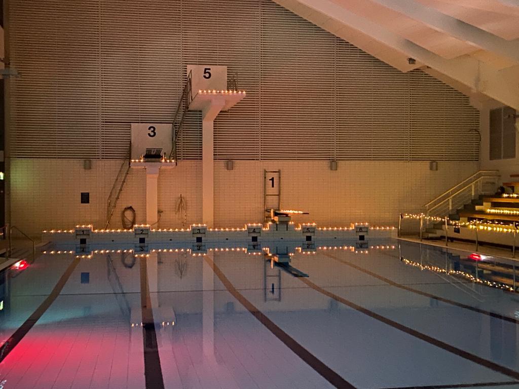 Uimahallin hyppytorni kynttilävaloin koristeltu
