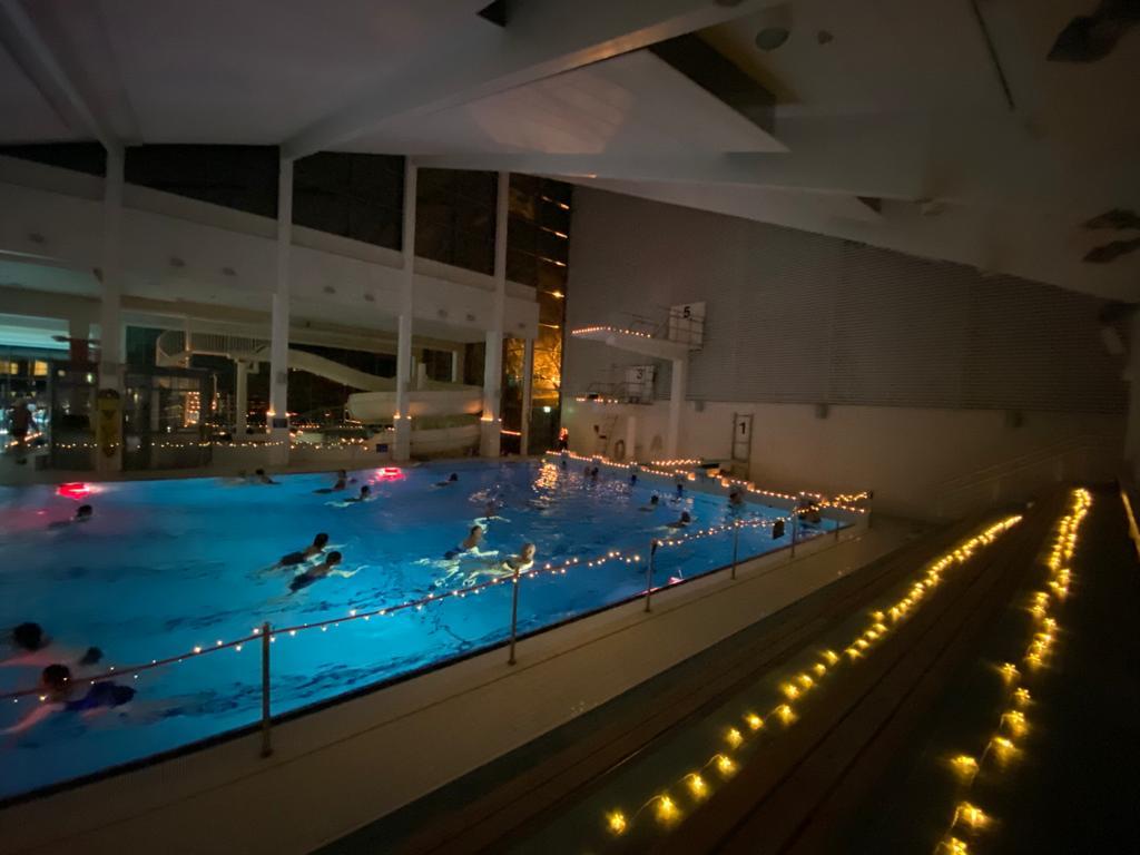 Uimahallin joulusaunassa hyppyaltaassa tunnelmavalaistuksessa uintia